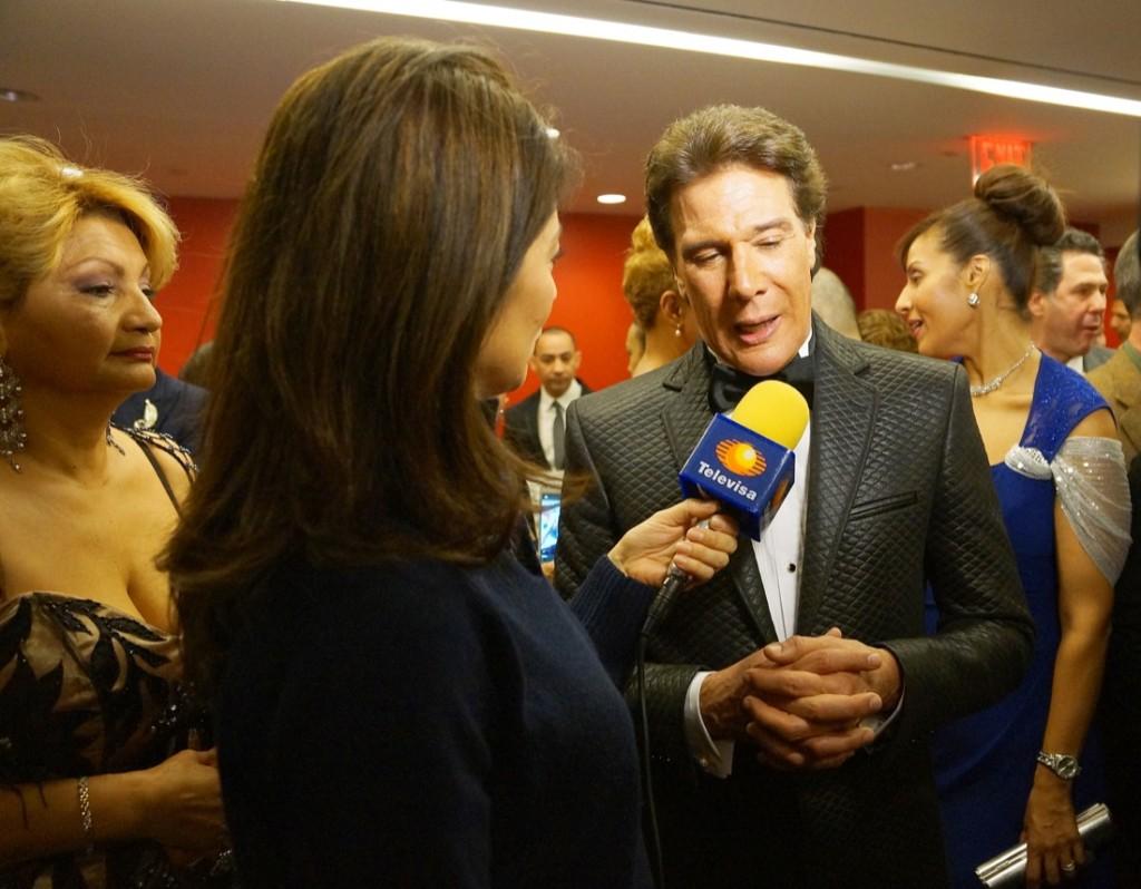 Televisa en la ceremonia celebrada en 2015 entrevista a Fernando Allende.
